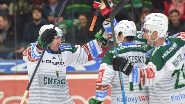 Radost karlovarských hokejistů po vstřelené brance.