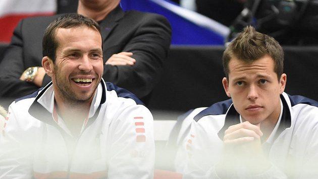 Radek Štěpánek (vlevo) a Adam Pavlásek při zápase Lukáše Rosola proti Thanasimu Kokkinakisovi.