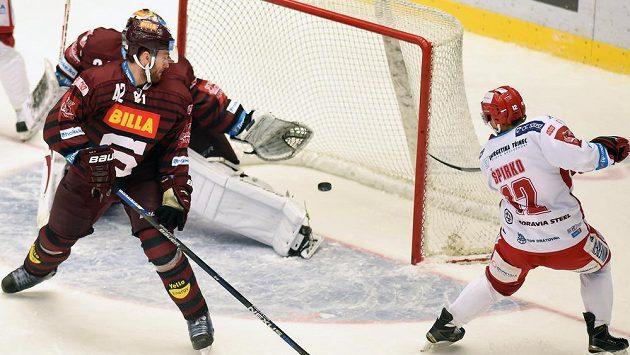 Rastislav Špirko (vpravo) z Třince střílí rozhodující gól do sítě Sparty.