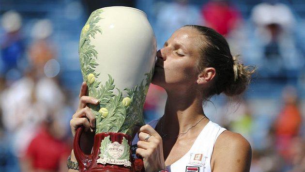 Česká tenistka Karolína Plíšková s trofejí pro vítězku turnaje v Cincinnati.