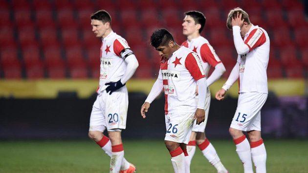 Zklamaní fotbalisté Slavie po porážce od Mladé Boleslavi. Zleva Jiří Bílek, Aldo Baéz, Robert Hrubý a Jan Mikula