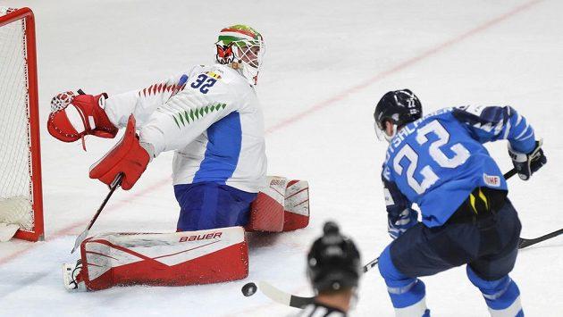Fin Arttu Ruotsalainen dává gól proti Itálii.