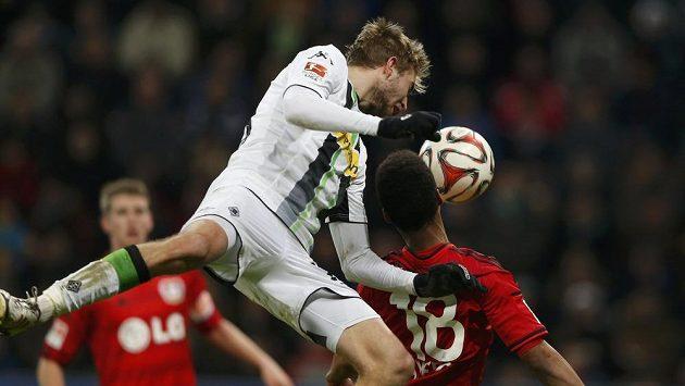 Leverkusenský Wendell (vpravo) v souboji s Christopherem Kramerem z Borussie Mönchengladbach.