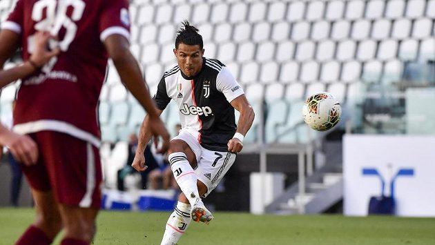 Portugalská hvězda Juventusu Cristiano Ronaldo střílí gól z přímého kopu do sítě městského rivala FC Turín.