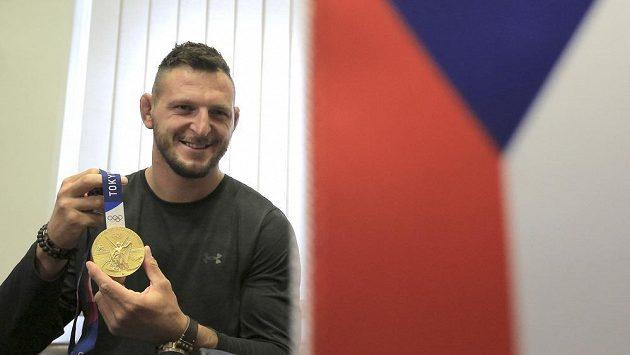 Olympijský vítěz v judu Lukáš Krpálek ukazuje zlatou medaili na radnici v rodné Jihlavě.
