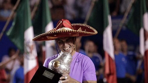 Rafael Nadal s pohárem pro vítěze turnaje v Acapulku.