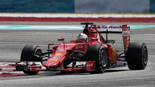 Německý pilot Sebastian Vettel sváděl se svým soupeřem Lewisem Hamiltonem při letošní GP Malajsie strhující souboj.