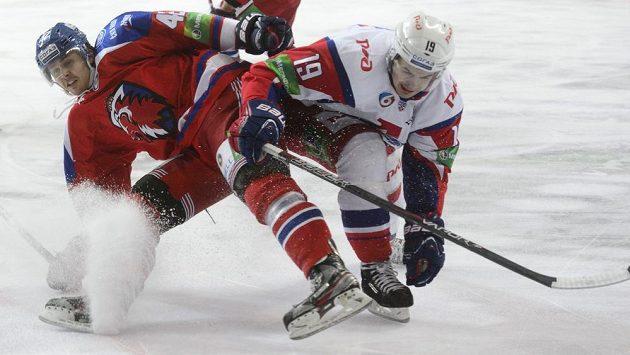 David Ullström z HC Lev Praha bojuje s Mikelisem Redlihsem z Lokomotivu Jaroslavl.