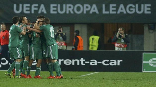 Fotbalisté Rapidu Vídeň se radují z gólu v utkání Evropské ligy proti Plzni.