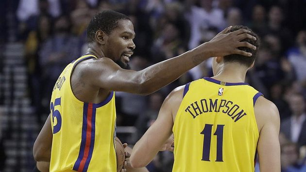 Basketbalisté Golden State Warriors Kevin Durant (vlevo) a Klay Thompson během utkání se San Antonio Spurs.