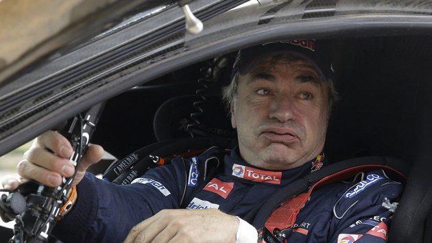 Vedoucí muž průběžného pořadí automobilů na Rallye Dakar Carlos Sainz dostal dodatečnou desetiminutovou penalizaci za údajnou kolizi s nizozemským jezdcem na čtyřkolce Keesem Koolenem v sobotní 7. etapě. Zrovna nadšený z toho nebyl.