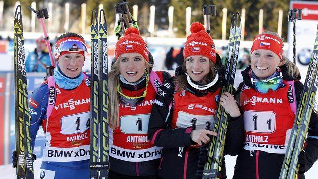 Zleva Veronika Vítková, Gabriela Soukalová, Jitka Landová a Eva Puskarčíková v cíli.