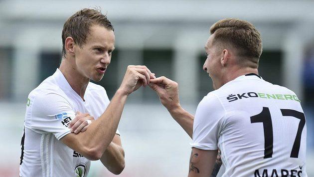 Mladoboleslavský Jan Chramosta se raduje z gólu, gratuluje mu spoluhráč Petr Mareš (vpravo).