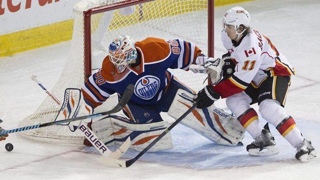 Ilja Bryzgalov ještě v brance Edmontonu zasahuje před Mikaelem Bäcklundem z Calgary.