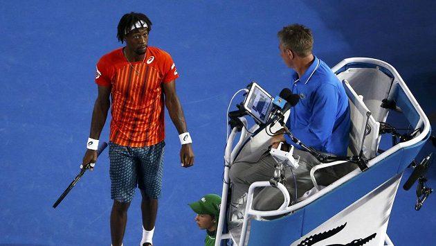 Francouzský tenista Gael Monfils hovoří s umpirovým rozhodčním. Ilustrační foto.