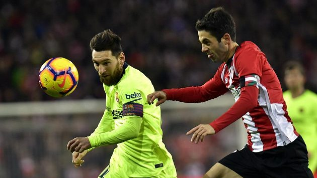 Lionel Messi (vlevo) z Barcelony a Markel Susaeta z Bilbaa.