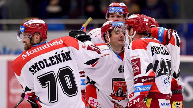 Hokejisté Radek Smoleňák, Petr Koukal a Filip Pavlík z Hradce Králové se radují z gólu - ilustrační foto.