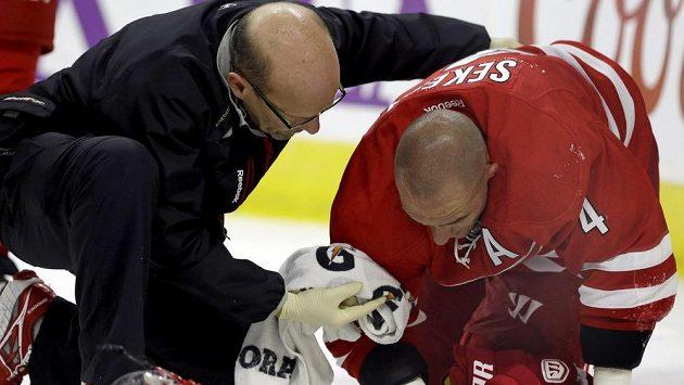 Obránce Caroliny Andrej Sekera po tvrdém nárazu do mantinelu v utkání NHL proti Buffalu.