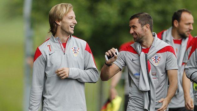 Chorvatští fotbalisté Ivan Rakitič (vlevo) a Darijo Srna v rozmluvě.