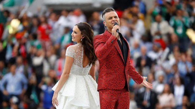 Pěvecké duo Robbie Williams a Aida Garifullinová během zahajování MS.