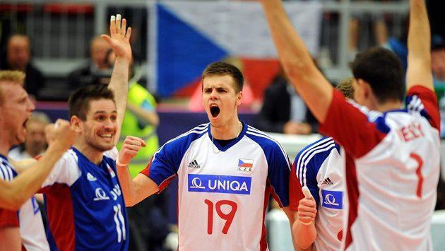 Česká radost! Uprostřed Petr Michálek, volejbalisté udolali v zápase Světové ligy Koreu.