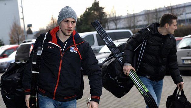 Hokejisté Martin Pláněk (vlevo) a Tomáš Mertl přichází na sraz české hokejové reprezentace- ilustrační foto.