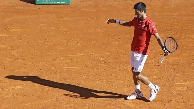Novak Djokovič ze Srbska při utkání s Jiřím Veselým v Monte Carlu.