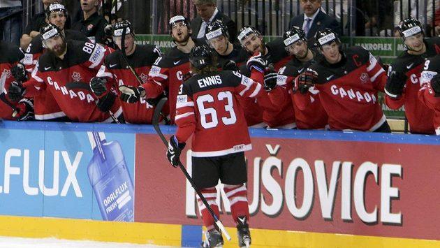 Tyler Ennis (uprostřed) oslavuje se svými spoluhráči gól proti Bělorusku.