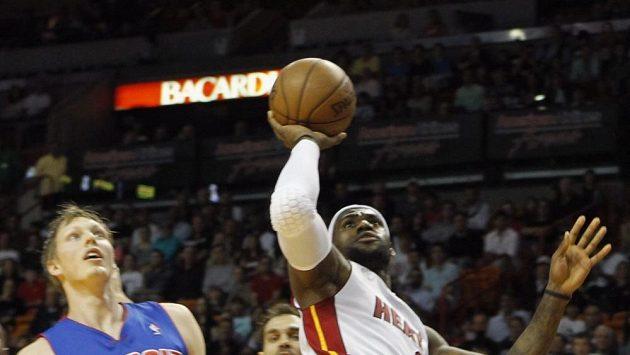 Nejlepším hráčem vítězů byl LeBron James (vpravo) s 29 body.