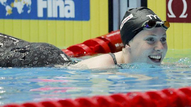 Lilly Kingová po vítězném závodě na 50 m prsa na MS v Kwangdžu