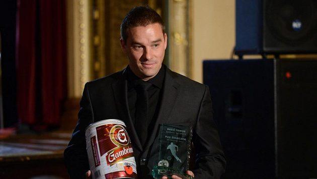Fotbalový útočník Petr Švancara s cenou pro Baviče tribun.