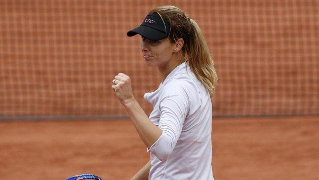 Vítězné gesto Bulharky Cvetany Pironkovové proti druhé nasazené Polce Radwaňské v osmifinále French Open.