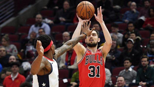 Střílející Tomáš Satoranský z Chicaga v utkání NBA proti Washingtonu.