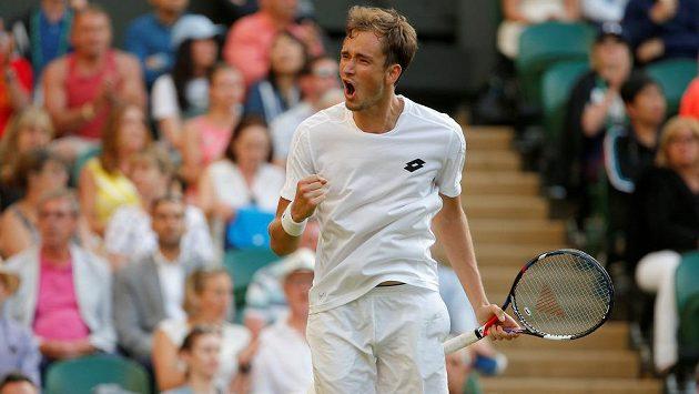 Ruský tenista Daniil Medveděv v prvním kole Wimbledonu.