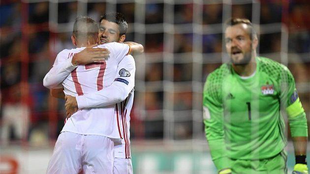 Španělští fotbalisté Iago Aspas a Isco slaví gól prvního jmenovaného v kvalifikačním duelu, lichtenštejnský brankář Peter Jehle jen zklamaně přihlíží.