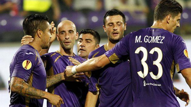 Útočník Fiorentiny Juan Vargas (vlevo) slaví se spoluhráči gól proti Guingampu.