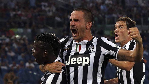 Paul Labile Pogba (vlevo) slaví se spoluhráči Leonardem Bonuccim (uprostřed) a Stephanem Lichtsteinerem gól proti Laziu Řím.