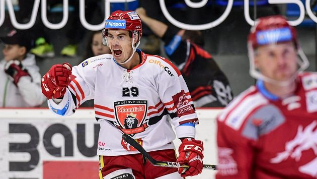 Střelec gólu Hradce Králové Michal Dragoun (vlevo) slaví.