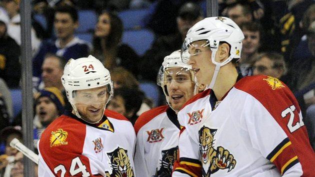 Tomáš Fleischmann (uprostřed) se podílel v nedělním utkání NHL jednou asistencí na obratu Floridy.