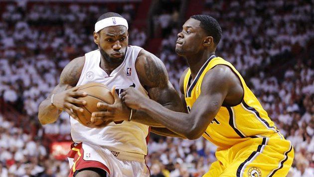 Tahounem Miami byl zase LeBron James (vlevo).