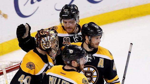 Bostonští hokejisté se radují z výhry, která ji posunula o velký krok směrem k postupudu do finále Východní konference. Na snímku brankář Tuukka rask (40) nebo český forvard David Krejčí (A).