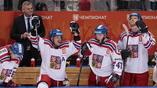 Čeští hokejisté a trenér Vladimír Vůjtek (nahoře vlevo) se raují z vítězství nad Ruskem na Channel One Cupu.