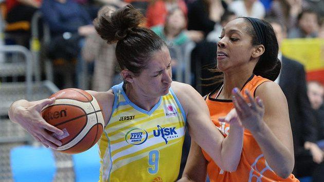 Basketbalistka Laia Palauová (vlevo) a Ashley Walkerová ze Schia v odvetném čtvrtfinále Evropské ligy.