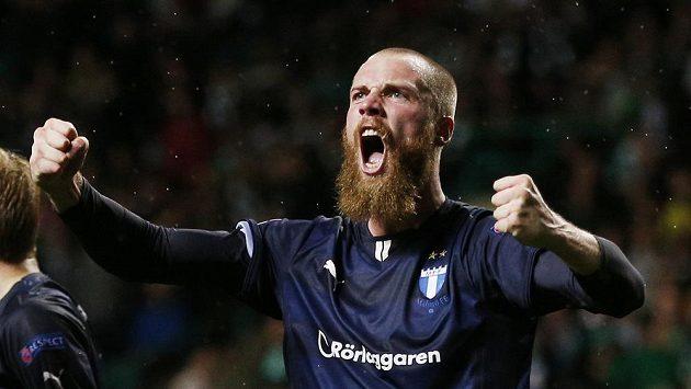 Fotbalista Malmö Jo Inge Berget slaví svůj druhý gól proti Celtiku v úvodním kole play off Ligy mistrů