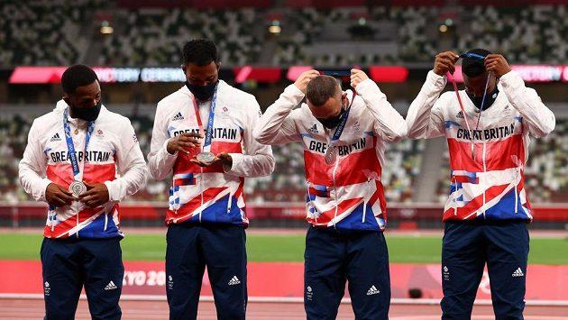 Stříbrná britská štafeta v běhu na 4x100 metrů z olympijských her v Tokiu ve složení zleva Chijindu Ujah, Zharnel Hughes, Richard Kilty a Nethaneel Mitchell-Blake.