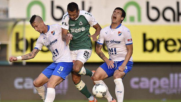 Ivan Schranz z Jablonce (uprostřed) se snaží prosadit v souboji s fotbalisty Baníku Ostrava Jiřím Fleišmanem (vlevo) a Jaroslavem Svozilem.