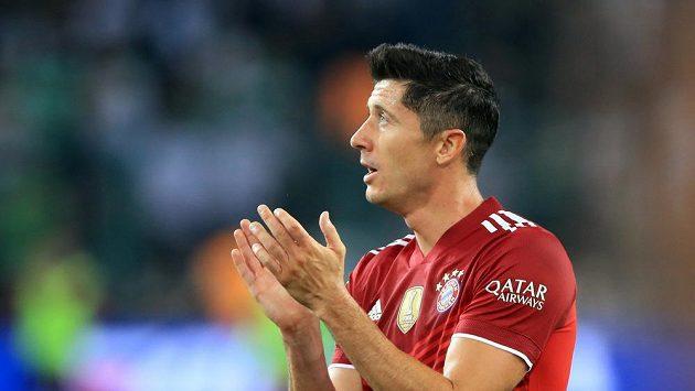 Robert Lewandowski tleská fanouškům, jeho trefa na výhru nestačila, Bayern Mnichov s Mönchengladbachem remizoval.