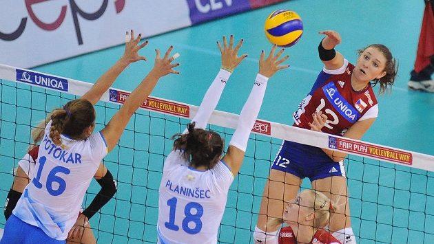 Obranu Moniky Potokarové (vlevo) a Saši Planinšecové ze Slovinska se snaží překonat Češka Michaela Mlejnková.