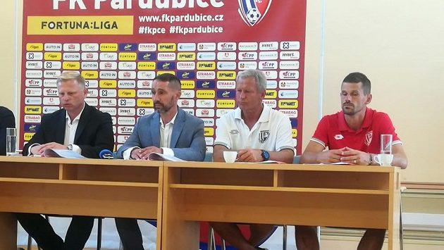 Zleva předseda představenstva FK Pardubice Vladimír Pitter, sportovní manažer Vít Zavřel, trenér Jiří Krejčí a kapitán mužstva Jan Jeřábek.