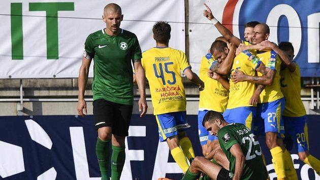 Hráči Teplic se radují z gólu Jakuba Mareše, vpředu jsou (zprava) Karel Soldát a Jan Rezek z Příbrami.